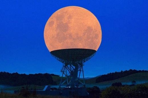 Mặt trăng hạ cánh xuống thiết bị hình đĩa, trông như một ly kem tuyệt đẹp.