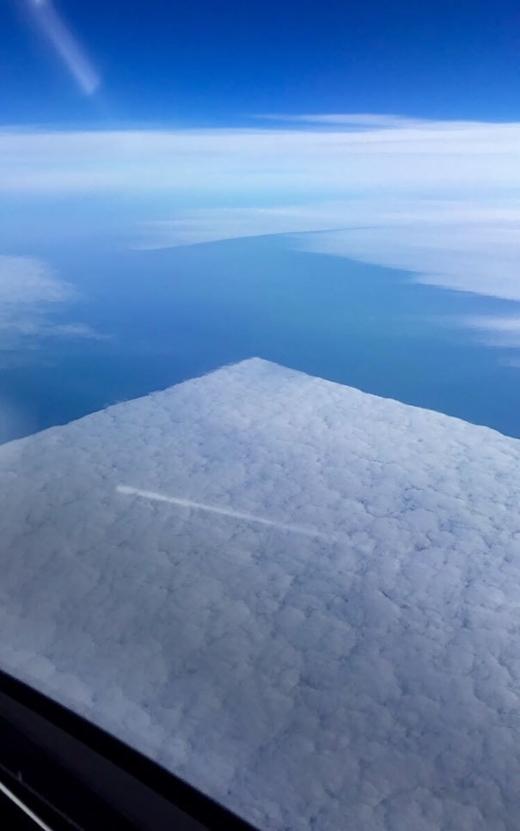 Đám mây vuông vức như dùng thước ê-ke để vẽ vậy.