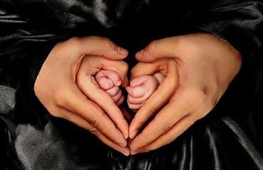 Cả thế hệ gia đình thu nhỏ lại vừa bằng một đôi tay bố.