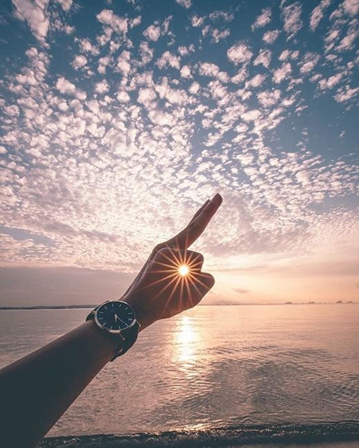 Thu gọn cả mặt trời vào trong tay.