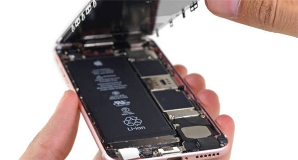 Apple giải thích do pin của máytiếp xúc với không khí quá lâu gây sập nguồn. (Ảnh: internet)