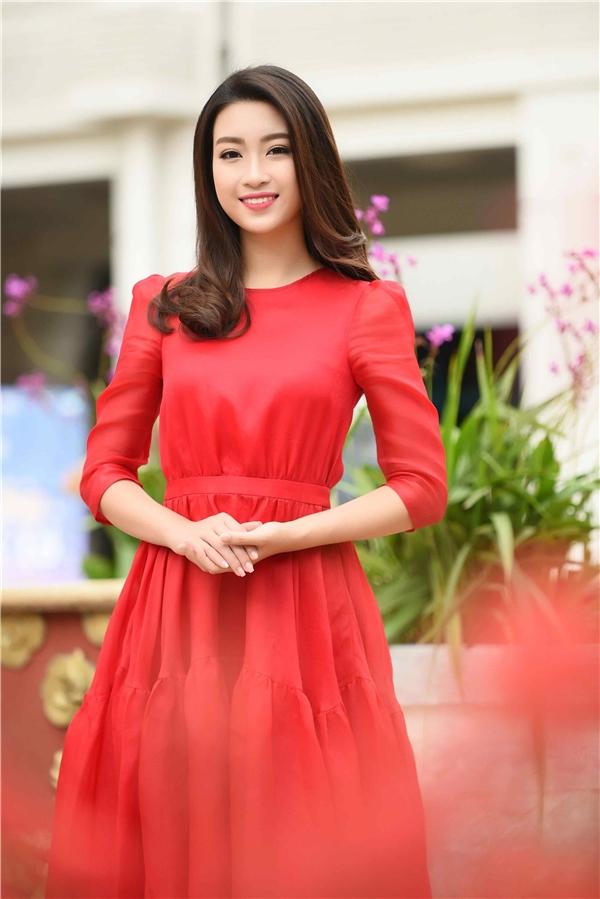 Hoa hậu Đỗ Mỹ Linh ngọt ngào, nổi bật với phom váy xòe trên nền chất liệu nhẹ, mềm. Đơn giản, tinh tế luôn là chìa khóa giúp Hoa hậu Việt Nam 2016 thành công trong việc ghi điểm bằng gu thời trang.