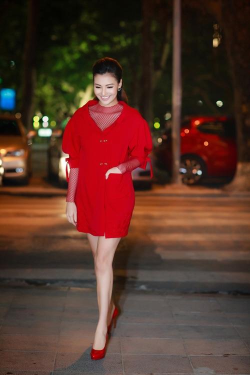 Trong lần tái xuất mới đây sau khoảng thời gian ở ẩn sinh son, Hồng Quế sửi ấm cả trời đông Hà Nội khi diện váy đỏ kết hợp áo khoác dạ bên ngoài. Nữ người mẫu trông vẫn thon gọn như thuở xuân thì.