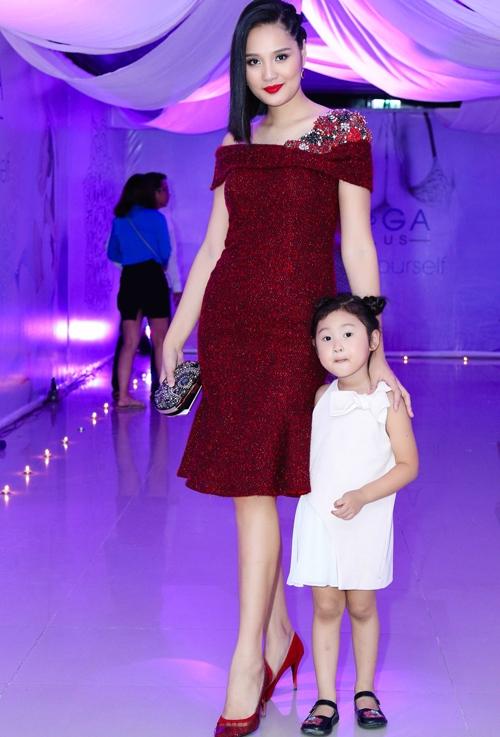 Hoa hậu Hương Giang lại đằm thắm, dịu nhẹ hơn với sắc đỏ rượu kết hợp phom váy cocktail đơn giản, thanh lịch.