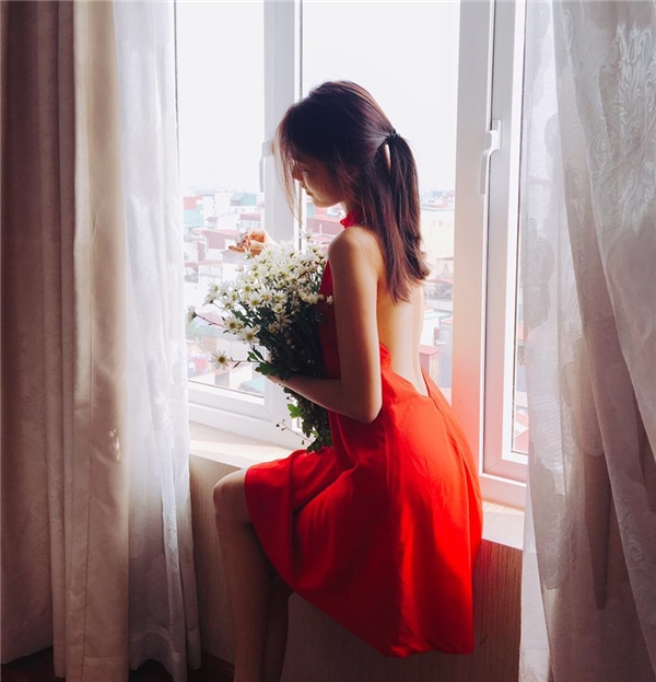 Lan Khuê điệu đà với váy cổ yếm, hở vai trần.