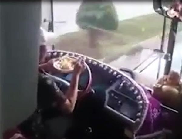 """""""Dừng xe lại rồi ăn cơm đi bác tài ơi, sau đó lại chạy tiếp. Làm ơn vì mọi người bác nhé, chứ chạy xe như thế này thì thật sự không thể được, bao nhiêu con người còn ở đằng sau, như vậy là quá nguy hiểm đó""""."""