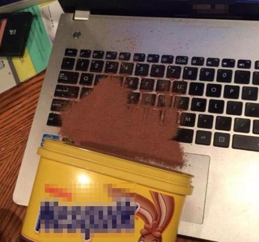 Đến nàng Tấm cũng không nhặt nổi những hạt Nestle bé li ti này ra khỏi bàn phím hộ bạn được đâu!