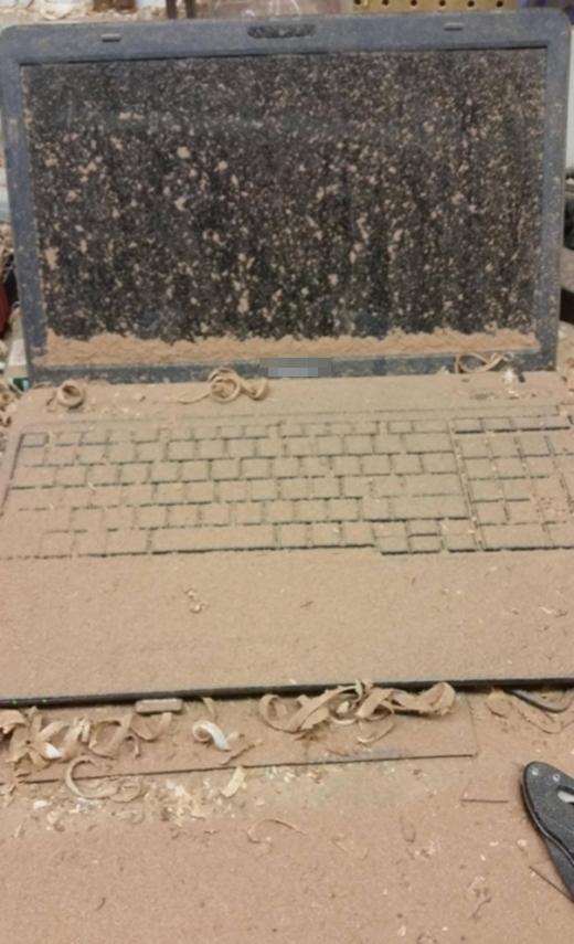 Có học làm thợ mộc thì cũng đừng để mùn cưa vương vãi cả vào laptop thế này chứ?!