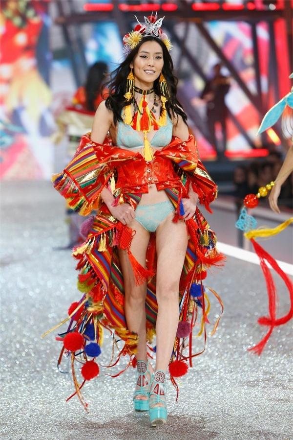 Dù không nằm trong hàng ngũ thiên thần nhưng Liu Wen siêu mẫu hàng đầu châu Á lại có thu nhập lên đến 35 triệu USD (tương đương 805 tỷ VND). Con số này khiến nhiều người không khỏi choáng ngợp khi nghe đến. Tuy nhiên, với danh tiếng mà chân dài này xây dựng trong nhiều năm qua, cô hoàn toàn xứng đáng mang về nguồn lợi to lớn như thế.