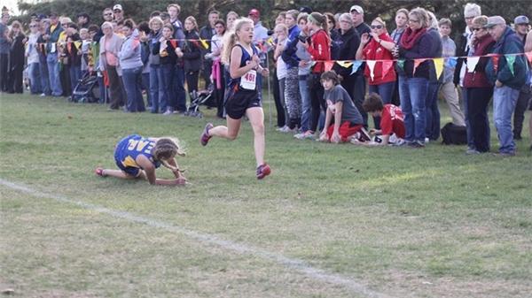 Gracie đã vấp ngã 4 lần trên chặng đua.