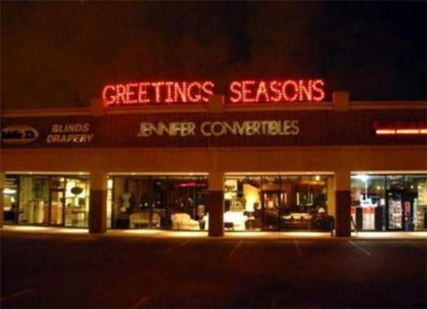 """""""Lầy"""" đến độ không thèm trang trí Giáng sinh mà chỉ để một dòng chữ """"Chúc mừng Giáng sinh"""" thật to."""