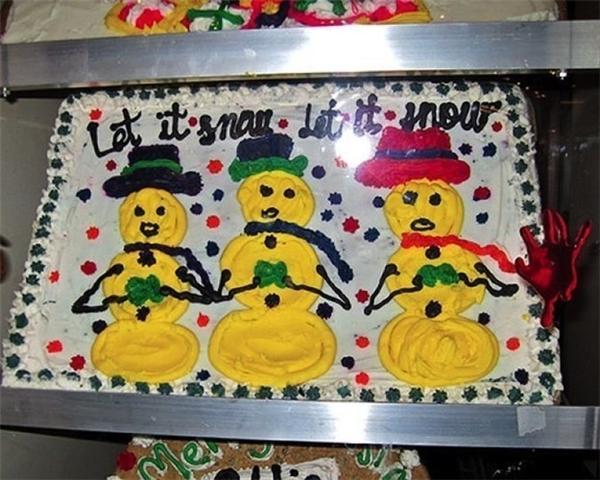Nếu muốn có một mùa Giáng sinh pha chút không khí Halloween thì hãy mạnh dạn mua ổ bánh này nhé.