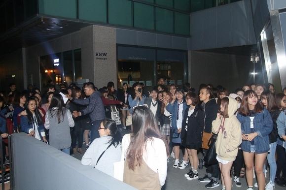 Bất chấp cho thời tiết khá lạnh tại Seoul, rất đông khán giả đã đến gặp gỡ Noo Phước Thịnh. - Tin sao Viet - Tin tuc sao Viet - Scandal sao Viet - Tin tuc cua Sao - Tin cua Sao