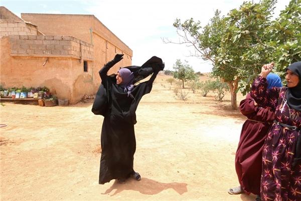 09/06: Một phụ nữ tháo bỏ Niqab cô đang mang ngay trong ngôi làng của mình sau khi Lực lượng Dân chủ Syria (SDF) giành quyền kiểm soát nó, ở ngoại ô thành phố Manbij, tỉnh Aleppo, Syria.