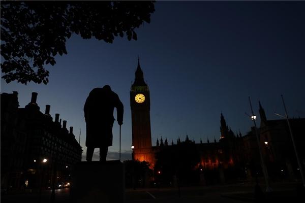24/06: Bình minh lên phía sau Tòa nhà Nghị viện Anh và bức tượng của Winston Churchill ngay sau ngày Brexit được thông qua tại Westminster, London.