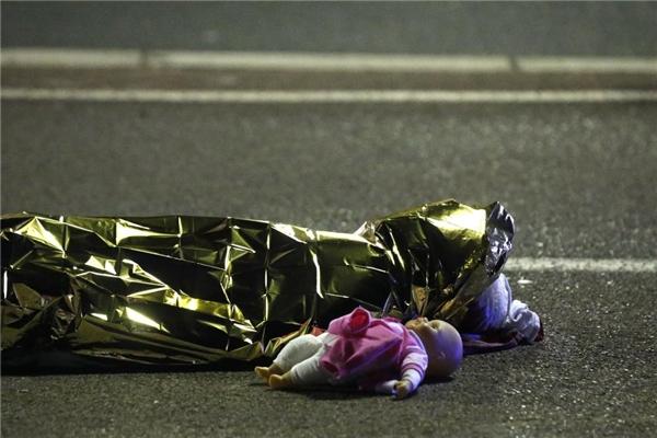 15/07: Một thi thể được phát hiện trên mặt đường sau khi 86 người thiệt mạng ở Nice, Pháp, do một xe tải lao vào đám đông đang ăn mừng Ngày Bastille, một ngày lễ của cả nước.