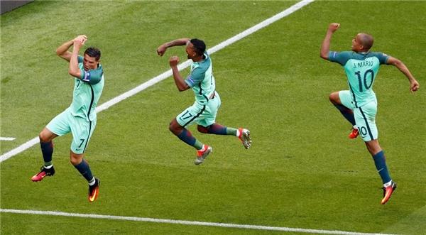 22/06: Cristiano Ronaldo cùng Nani và Joao Mario của Bồ Đào Nha ăn mừng sau khi ghi được bàn thắng thứ hai trong trận tranh tài với Hungary tại giải Euro.