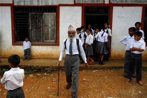 05/06: Durga Kami, 68 tuổi, hiện đang học lớp 10 tại Trường Trung học Phổ thông Shree Kala Bhairab ở Syangja, Nepal.