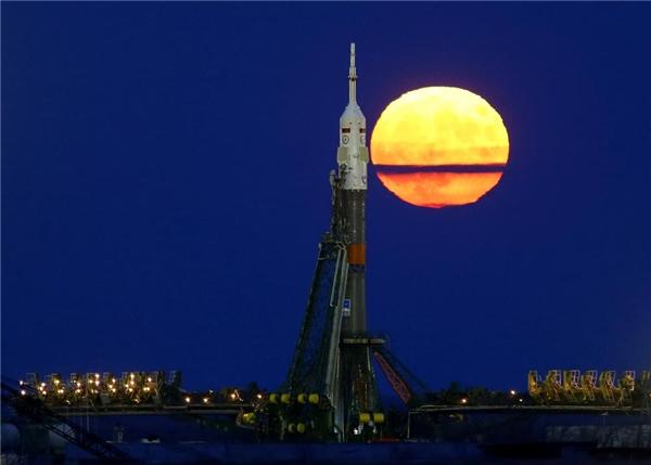 14/11: Siêu trăng mọc phía sau phi thuyền Soyuz MS-03 trước khi nó được phóng lên Trạm Không gian Quốc tế (ISS) ở sân bay vũ trụ Baikonur tại Kazakhstan.