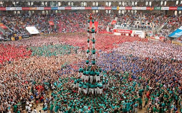 02/10: Một tháp người có tên castell đang được hình thành ở cuộc thi Castellers de Vilafranca được tổ chức một năm hai lần tại thành phố Tarragona, Tây Ban Nha.