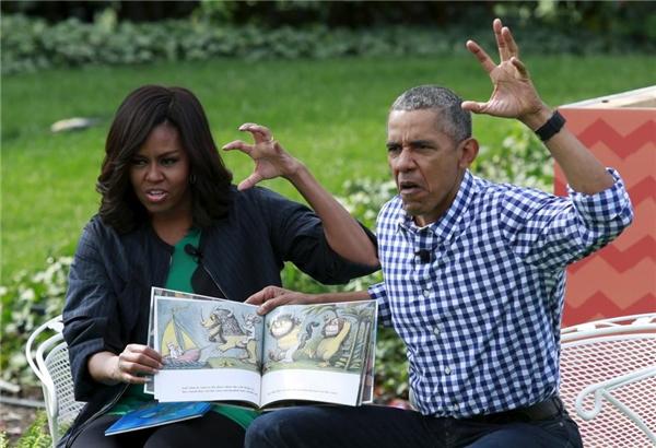 28/03: Tổng thống Barack Obama và Đệ nhất Phu nhân Michelle Obama đang đọc cuốn sách Where the Wild Things Are cho các em thiếu nhi tại Cuộc thi Tìm kiếm Trứng Phục sinh Nhà Trắng thường niên ở South Lawn, Nhà Trắng, Washington.