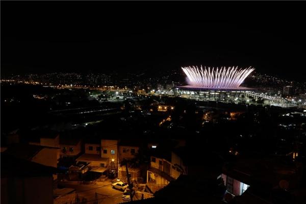 05/08: Sân vận động Olympic Maracana trong suốt buổi lễ khai mạc được chụp từ khu ổ chuột Mangueira, Rio, Brazil.