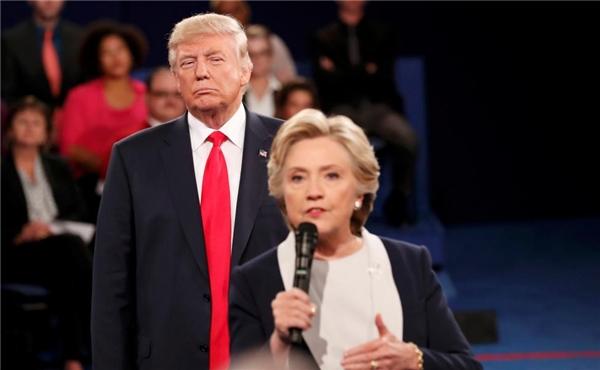 09/10: Donald Trump lắng nghe Hillary Clinton trả lời chất vấn của khán giả trong cuộc tranh luận tranh chức tổng thống tại đại sảnh của Đại học Washington ở St. Louis, Missouri.