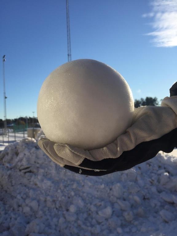 """Một quả bóng tuyết tròn trịa đến """"phát hờn""""."""