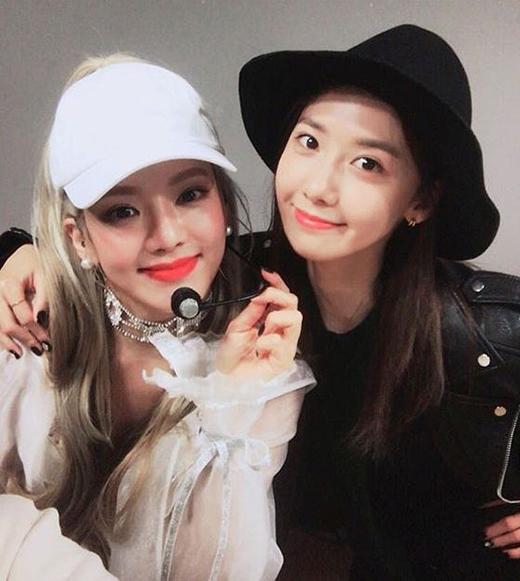 Yoonaghé thăm sân khấu ủng hộ tinh thần của Hyoyeon.