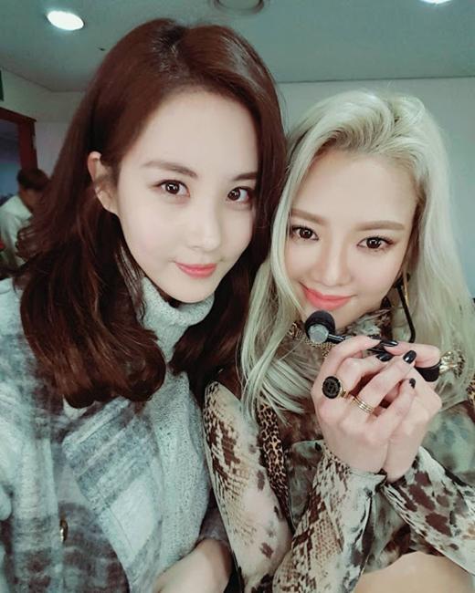 """Cô gái viết trên trang cá nhân của mình như sau: """"Hyoyeon của chúng ta. Mystery. Chỉ có thể nói sân sấu của unnie cực kì ngầu"""". Tình cảm gắn bó giữa các thành viên trở thành ngọn lửa sưởi ấm trái tim fan."""