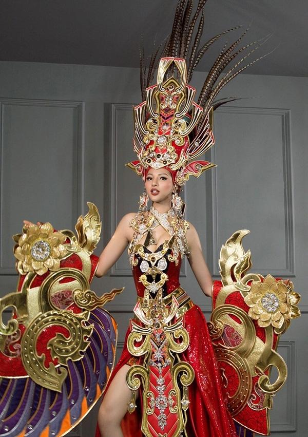 Trước đó, bộ trang phục này gây nhiều tranh cãi với khối lượng lên đến 45 kg và mang hơi hướng trang phục của Thái Lan, Indonesia ở các cuộc thi nhan sắc trong những năm gần đây.