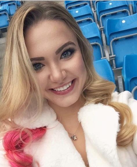 Fan nữ người Mỹ đốn tim bao người hâm mộ.(Ảnh: Instagram Emily)