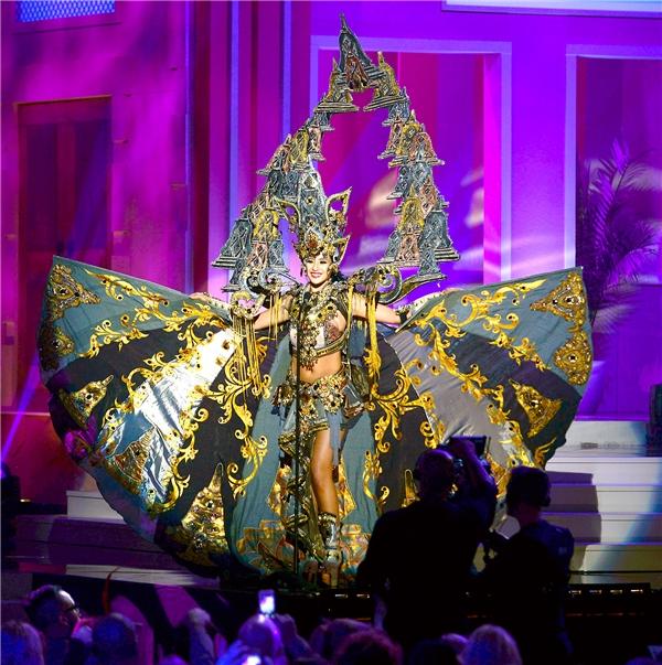 Năm 2014, Indonesia giành giải Trang phục truyền thống đẹp nhất tại Miss Universe. Thiết kế vô cùng hoành tráng, lộng lẫy với sải cánh đến khoảng 4 mét.