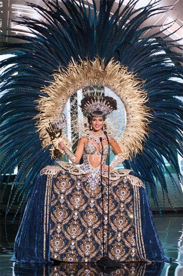 Trong năm 2015, tại cuộc thi Hoa hậu Hoàn vũ, không khó để nhìn thấy những thiết kế vô cùng kì công, tinh tế nhưng để mặc và di chuyển được thì không hềdễ dàng, điển hình là củaHoa hậu Cộng hòa Dominica, Hoa hậu Panama, Hoa hậu Nicaragua…