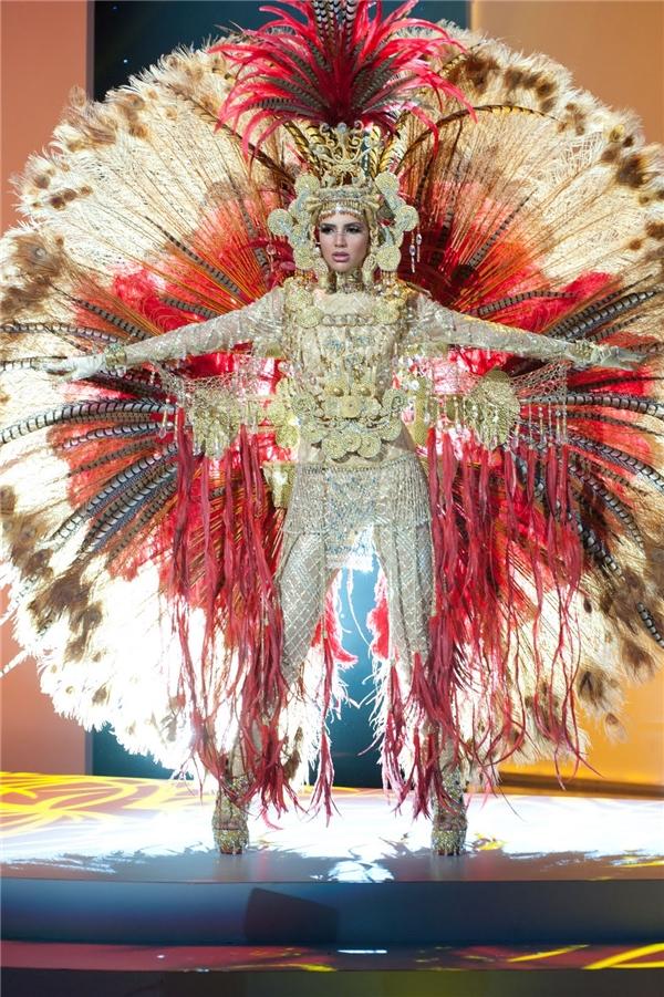 """Trang phục truyền thống """"khủng"""" nhất lịch sử các cuộc thi nhan sắc"""
