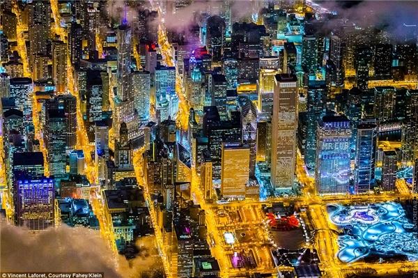 Nhiếp ảnh gia Vincent Laforet đã thực hiện bộ ảnh nhờ một chiếc trực thăng ở độ cao khoảng 2.200m trên bầu trời 10 thành phố.