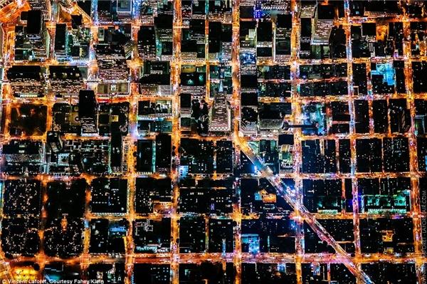 Đó là sự kết hợp của nhiều màu sắc nổi bật: vàng của đèn đường, cam trên đường cao tốc và xanh của những tòa nhà. Đây là thành phố San Francisco khi nhìn từ trên cao.