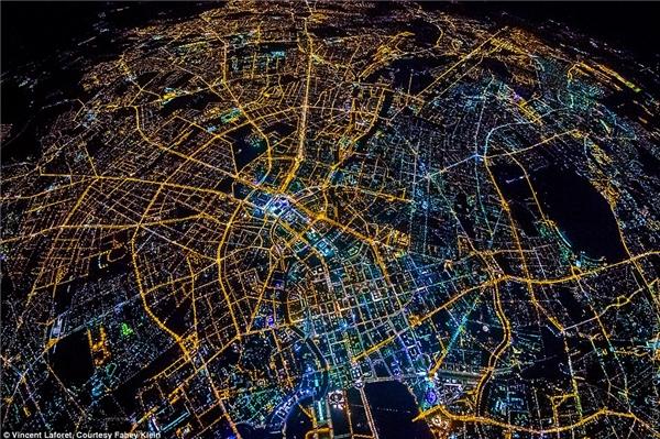 Thành phố Berlin lấp lánh khi đêm về.