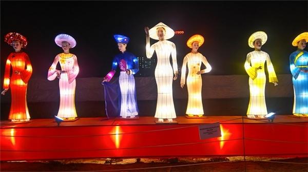 Thu hút nhất có lẽ là những chiếc đèn lồng mang hình dáng của người phụ nữ Việt Nam trong tà áo dài nền nã mang đậm bản sắc dân tộc.