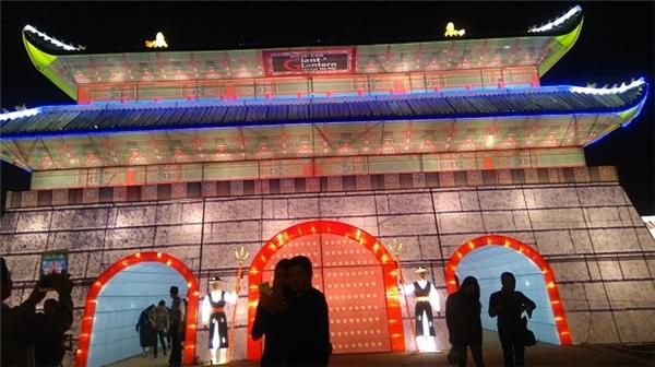 Sự giao lưu văn hóa giữa hai nước Việt – Hàn được phản ánh rõ rệt hơn qua công trình đèn lồng công phu tái hiện lại cổng Gwanghun Gate của Hàn Quốc.