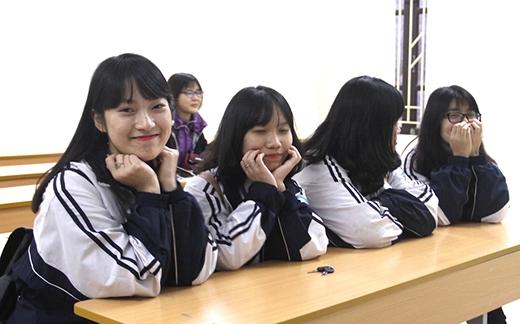 Ngoài khả năng bắt chước nhiều thứ tiếng, Khánh Vy là một học sinh giỏi tiếng Anh và đang là MC cho đài truyền hình Nghệ An.