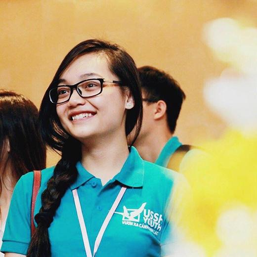 Nổi bật với thành tích học tập và hoạt động ngoại khóa xuất sắc, Mỹ Linh đã vinh dự được chọn làm người đại diện tặng hoa cho Tổng thống Mỹ.