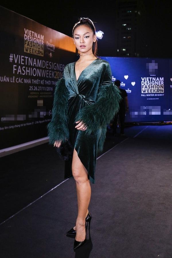 Trong một sự kiện thời trang gần đây, Mai Ngô tự dìm hàng khi diện bộ váy nhung có thiết kế cổ điển. Phần đường xẻ cao làm lộ đôi chân không mấy thon gọn của cô nàng. Bên cạnh đó, phần chất liệu lông đi kèm cũng không mấy liên quan đến tổng thể trang phục.
