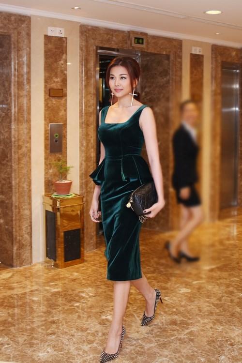 Vóc dáng chuẩn của Thanh Hằng vô cùng vừa vặn với chiếc váy theo phom peplum. Nhưng cách trang điểm tông nhạt lại khiến cô trông kém sức sống và già dặn.