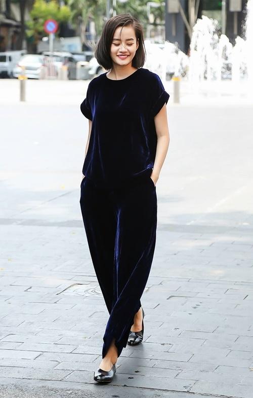 Kim Chi The Face lại chọn màu xanh biển pha sắc đen cho trang phục đời thường. Nữ người mẫu trông vẫn trẻ trung, cuốn hút và thú vị.