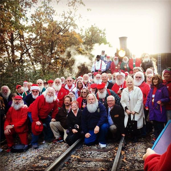 Hóa ra không phải chỉ cần khoác lên người bộ trang phục màu đỏ và đeo bộ râu tóc trắng xóa vào là ai cũng có thể trở thành Ông già Noel.