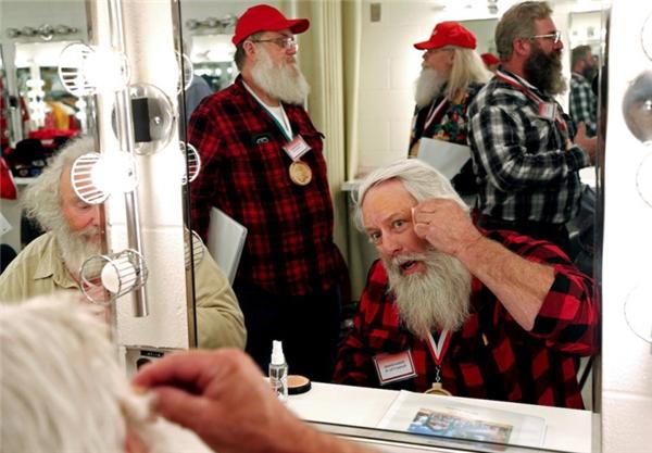 Các Ông già Noel được học cách trang điểm má hồng, cắt tỉa tóc tai và uốn cong ria mép.