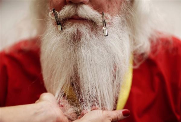 Công việc khó khăn nhất là giữ cho râu và tóc có được màu trắng xóa như tuyết chứ không được để chúng ngả vàng.
