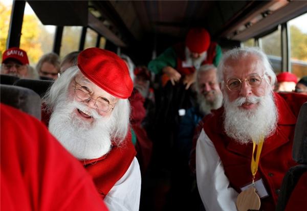 """""""Trở thành Ông già Noel là một đặc quyền,"""" Hiệu trưởng Valent cho biết. """"Mỗi một đứa trẻ đến ngồi trên đùi Ông già Noel đều sẽ ghi nhớ khoảnh khắc đó suốt cuộc đời, vì thế nếu bạn muốn mình trở thành một phần ký ức của trẻ con, hãy chắc chắn rằng đó là một ký ức đẹp đẽ."""""""