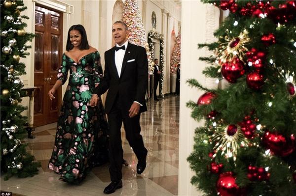 Barack và Michelle Obama tham dự lễ trao giải Kennedy Center Honors lần thứ tám vào đêm thứ Bảy.